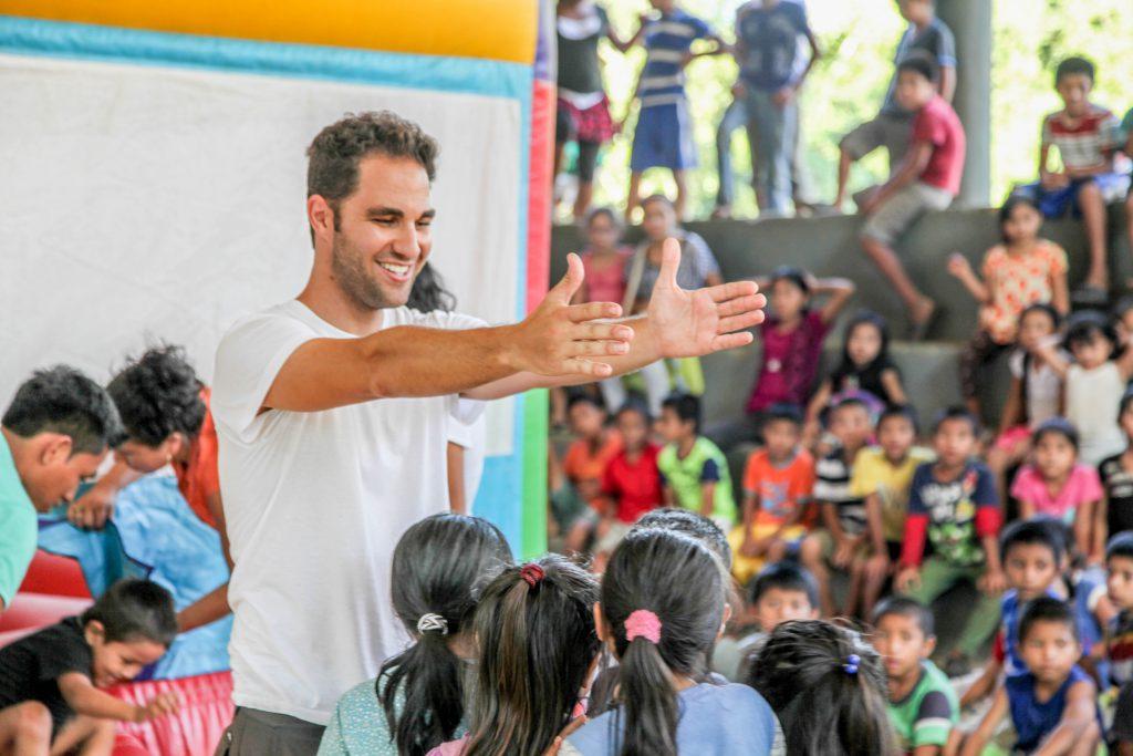 Encuentro con el juego inflable de Expedición Sonrisa en Casa Guatemala, Río Dulce, Guatemala.