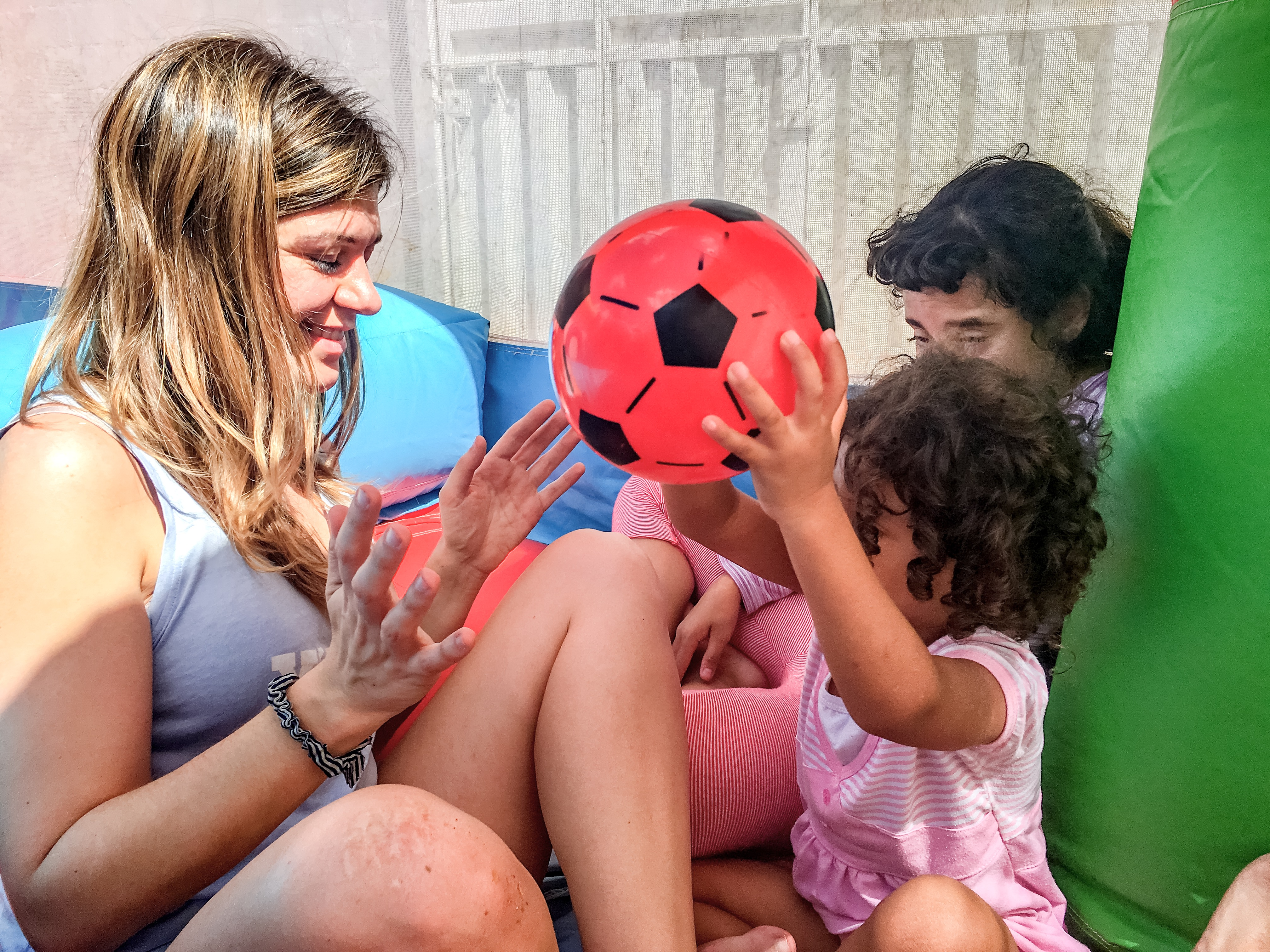 Encuentro con el juego inflable de Expedición Sonrisa en el Hogar La Casa de Los Ángeles, Tegucigalpa, Honduras